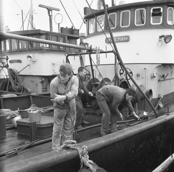 Urk Broer Hendrik (Links) volop aan het werk op zijn kotter de (oude) UK-88